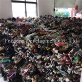 Используемые люди ботинок для руки сбывания вторых