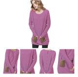 Le donne lunghe di stile hanno lavorato a maglia il maglione