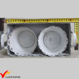 金属板型の長方形の皿が付いている白い円形のフラワーアレンジメントの鍋