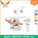 Di sinistra e mano destra che cambiano liberamente l'unità dentale della presidenza dotata delle opzioni complete