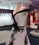 Eine Zeile empfindliches Qualitäts-Schwarz-weiße Hochzeits-Kleid-reale Probe