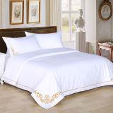 Insiemi domestici dell'hotel 100% di bianco di raso del cotone/dell'assestamento con ricamo (DPF107508)