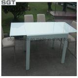 緩和されたか明らかに強くされる、テーブルの上の超明確なガラス