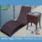 Mobília do Lounger de Sun do Rattan da classe elevada com tabela lateral