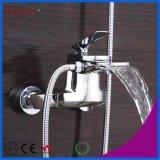 Robinet de baignoire fixé au mur de cascade à écriture ligne par ligne avec la tête de douche de main