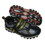 人および女性のための靴をハイキングする新しいスポーツ