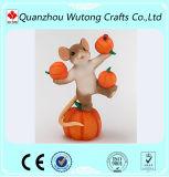 Figurine encantador do esquilo da resina com os presentes e a decoração da ação de graças da abóbora