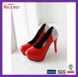 Ботинки платформ женщин красного цвета