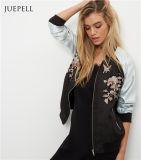 Черная куртка женщин бомбардировщика флористической печати