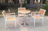 Unterschiedlicher Art-im Freiengarten-hölzerne Plastikmöbel