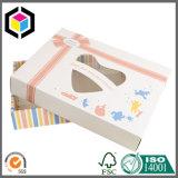 El bebé arropa el rectángulo de empaquetado de papel del cartón con la ventana