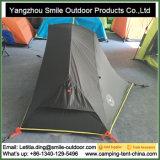 1 шатер горы высокого пика алюминиевого сплава человека голубой