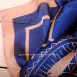 Оптовая рука делает шарф женщины
