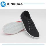 Type neuf avec les chaussures occasionnelles de toile de lacet