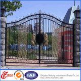 弓上の黒い金属の庭ゲート