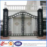Puerta residencial de la calzada de la entrada