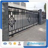 粉の上塗を施してある錬鉄の私道のスライド・ゲート