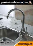 Moderna cocina de acero inoxidable de agua del grifo