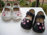 Симпатичный белый малый пинк цветет ботинки ребёнка пискливые