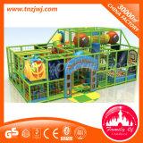 El patio de interior de la selva embroma el castillo travieso de la gimnasia plástica