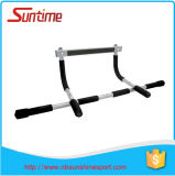 La barre de forme physique de gymnastique de bâtiment de corps, menton de porte vers le haut de barre, tirent vers le haut la barre, menton vers le haut de barre
