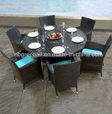 円卓会議および椅子セットを食事する藤