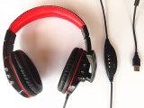 Os auriculares estereofónicos prendidos do USB dos fones de ouvido com microfone ostentam Earbuds