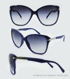 Gafas de sol plásticas de la manera del nuevo diseñador de la marca de fábrica para las mujeres con su insignia (DP1121YZ)