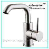 Retirando o Faucet sanitário da cozinha dos mercadorias no aço inoxidável 304