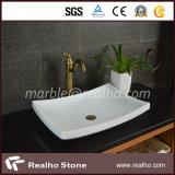 純粋な水晶白い大理石の石造りの浴室の虚栄心の洗面器