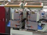Il CNC gestisce la testa che del doppio della finestra di alluminio il taglio ha veduto