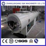 Máquina expulsando da tubulação do PVC