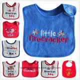 カスタマイズされたデザインは綿のテリーの赤ん坊の摩耗の赤ん坊の胸当てのエプロンを印刷した