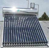 屋上の管状の太陽給湯装置の太陽系