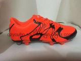 Удобные ботинки футбола спорта с людьми