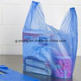 T-shirt empaquetant le sachet en plastique