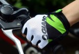 Одевать перчатки перекрестной страны мотоцикла участвуя в гонке Outdoors резвится перчатка