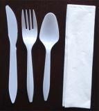 Het plastic die Diner van de Vork en van het Mes met het Weefsel van het Servet wordt geplaatst