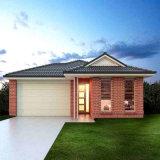 Светлый стальной панельный дом с кирпичной стеной