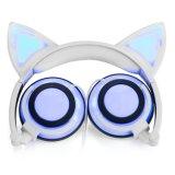 Luzes de incandescência dos auscultadores da orelha de gato com cabo cobrando do USB
