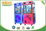La macchina premiata a gettoni scherza la macchina dei giochi della gru per il centro commerciale