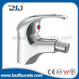 Singolo rubinetto cromato fissato al muro dell'acquazzone del miscelatore del bagno della vasca da bagno della maniglia