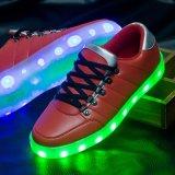 I pattini Bassi-in su di carico dei pattini LED di modo LED del USB del nuovo prodotto per le donne degli uomini degli adulti luminose si illuminano in su