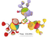As crianças encheram o brinquedo musical do animal da tração do movimento