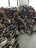 Большой размер с дешевым ботинками используемыми ценой для рынка Африки