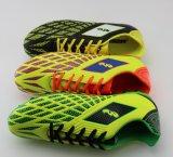 As sapatas as mais novas do futebol da forma com sola transparente