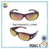 Ajustar sobre las gafas de sol de los vidrios con la lente polarizada