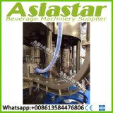 enchimento da água da mola plástica do frasco 500ml e máquina puros da selagem