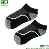Горячим связанные сбыванием носки людей лодыжки