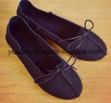 余暇は女の子または女性豪華な靴のスピーカーの偶然靴に蹄鉄を打つ